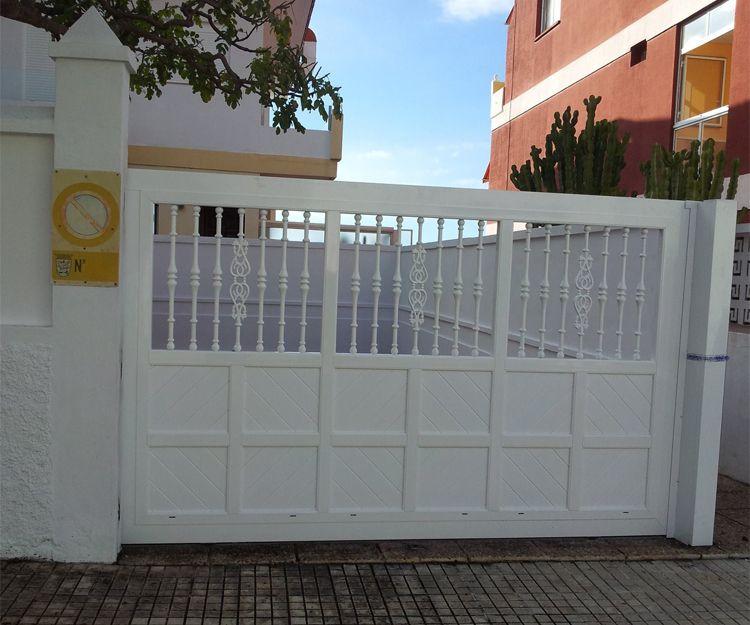 Portón de entrada de aluminio blanco