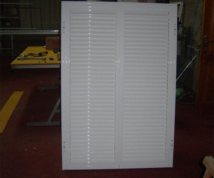 Ventana de aluminio con láminas movibles