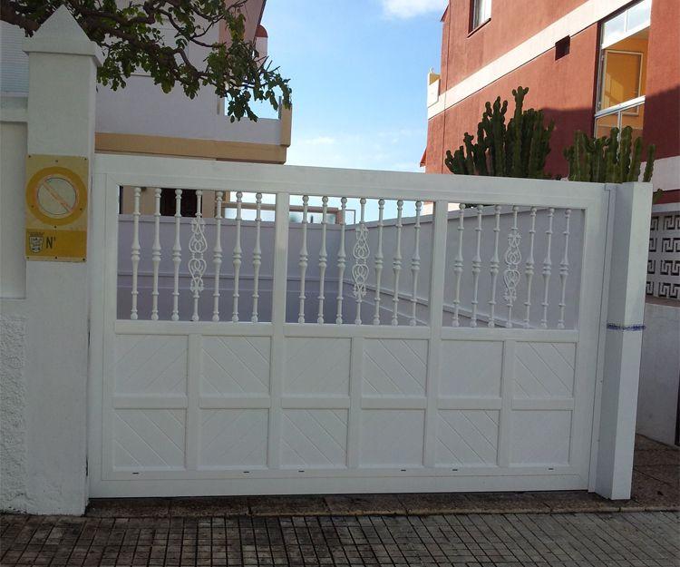Puerta en aluminio color blanco. con travesaños y lama de machimbrado