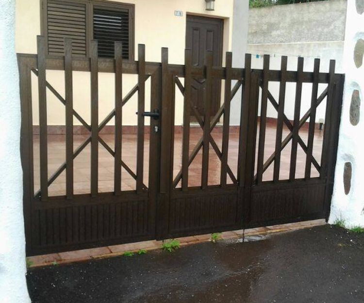 Portón de aluminio color oscuro