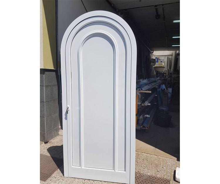 Puerta de medio punto con moldura sobrepuesta