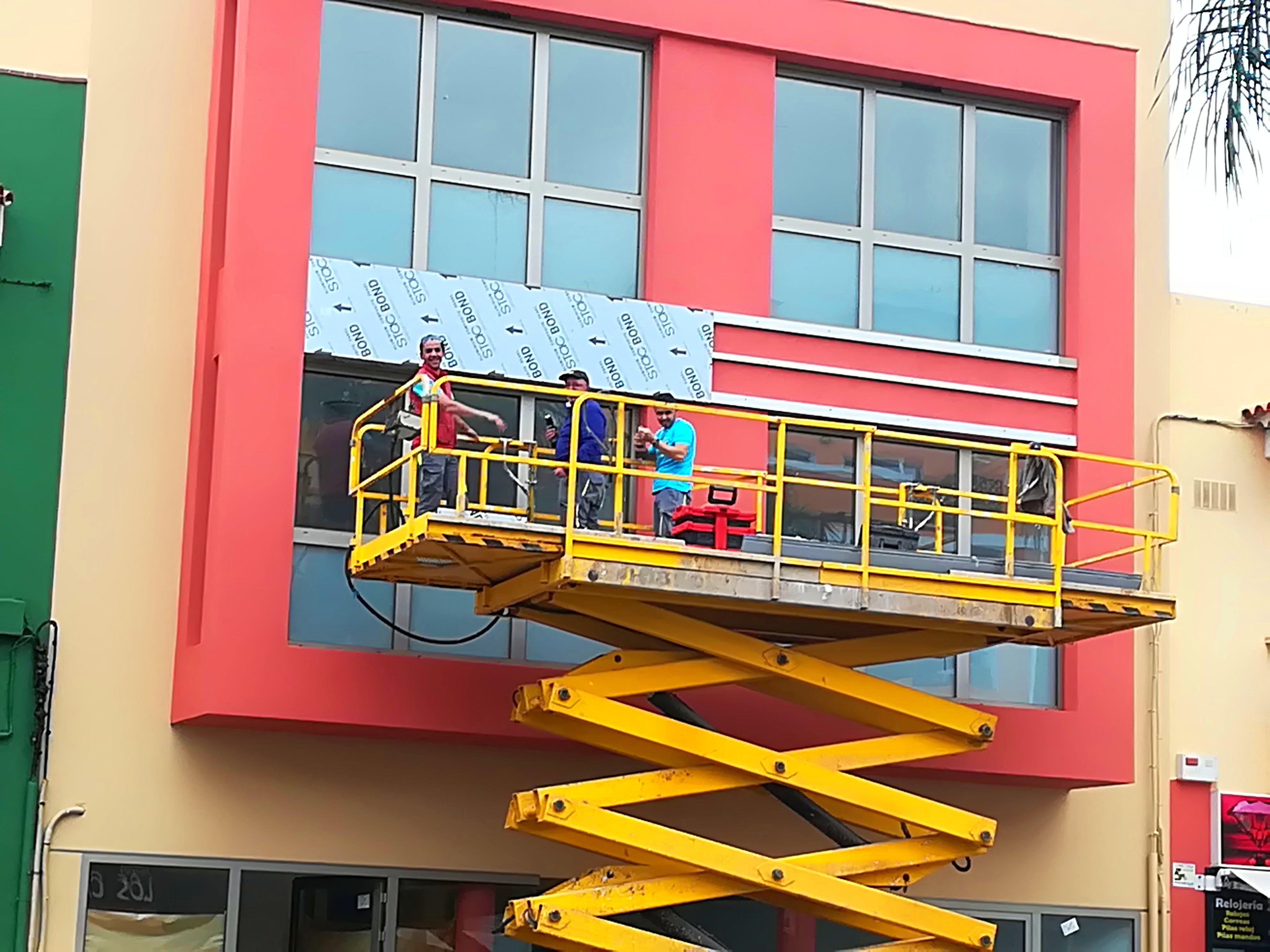 Fachada con ventanas en aluminio COR.60, ahora colocando  Stacbon