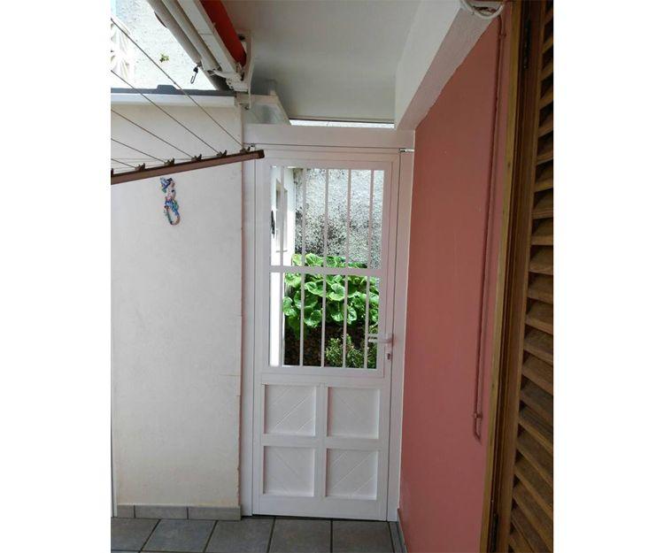 Puerta de acceso a vivienda de aluminio