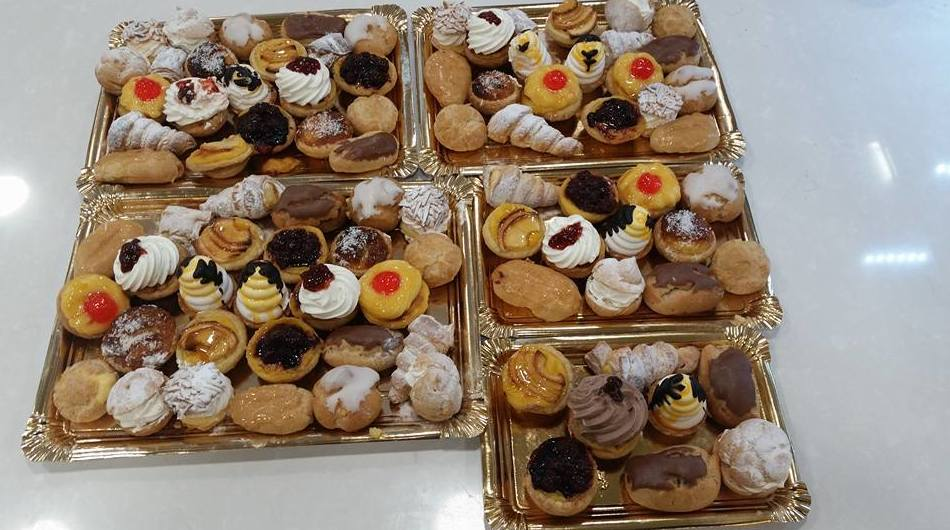 Bandejas con pasteles variados