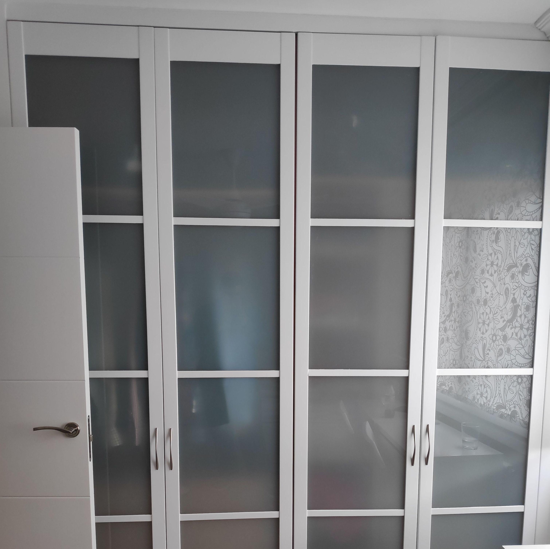 Lacado de puertas de armario en blanco