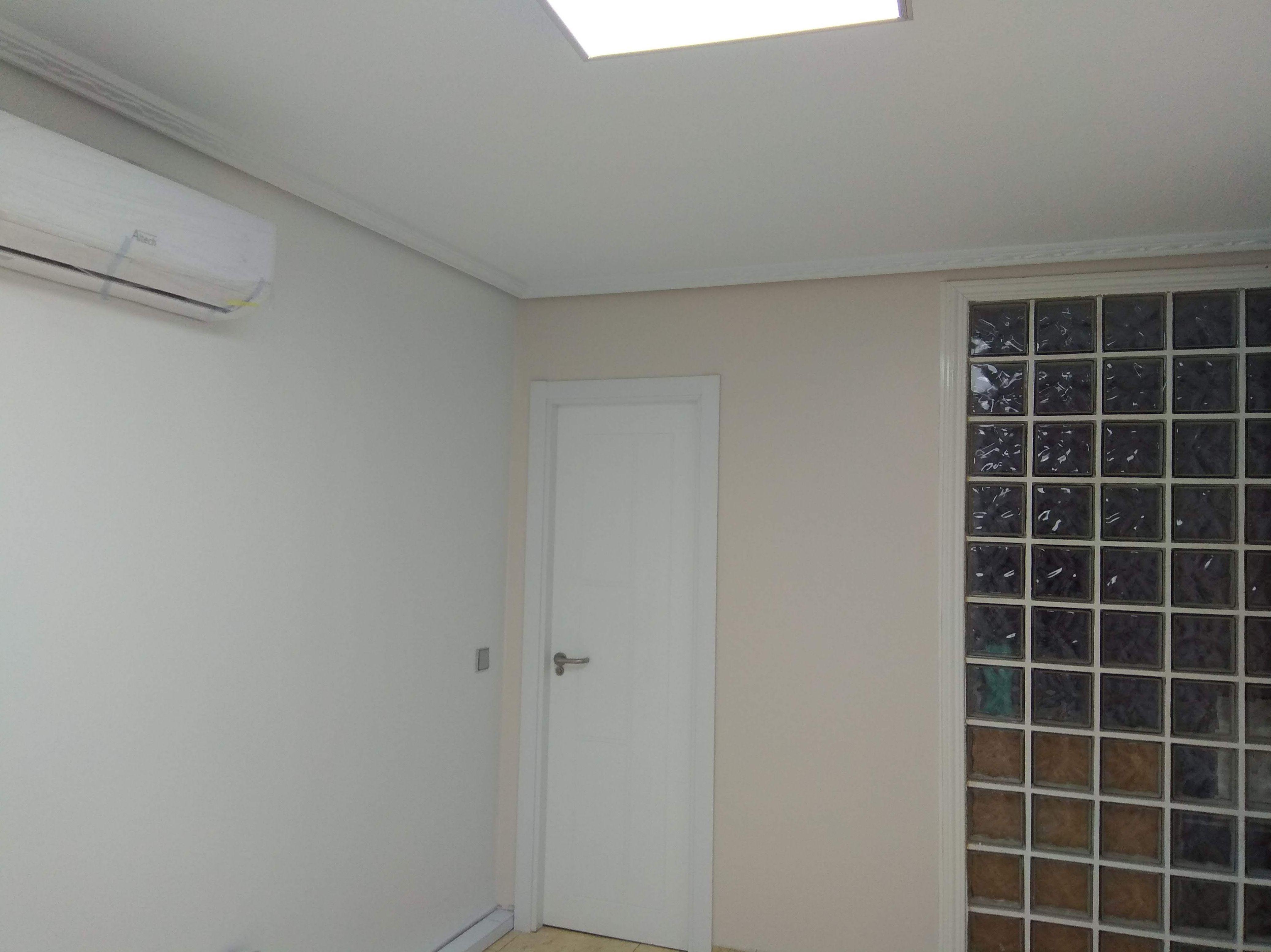 Split de aire acondicionado y pintura en liso