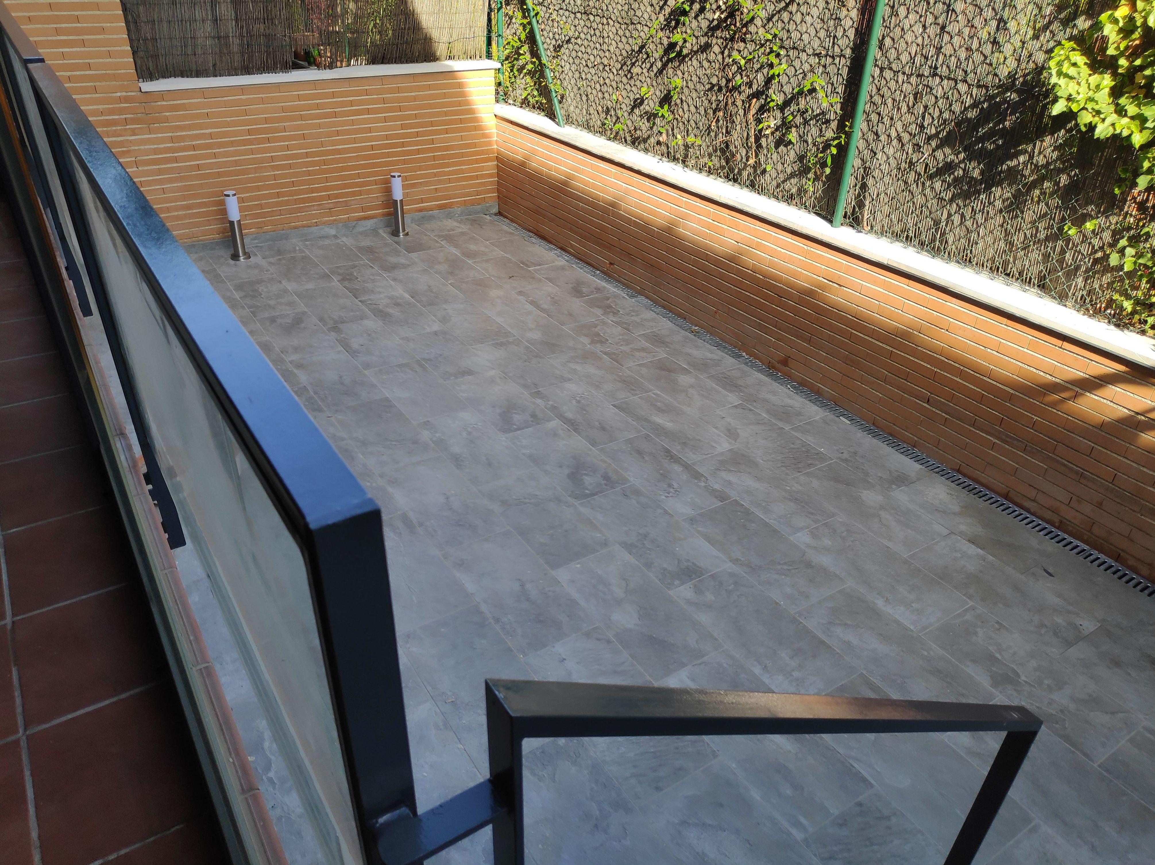 Solado de patios, balizas de luz, pintura de barandilla de exteriores