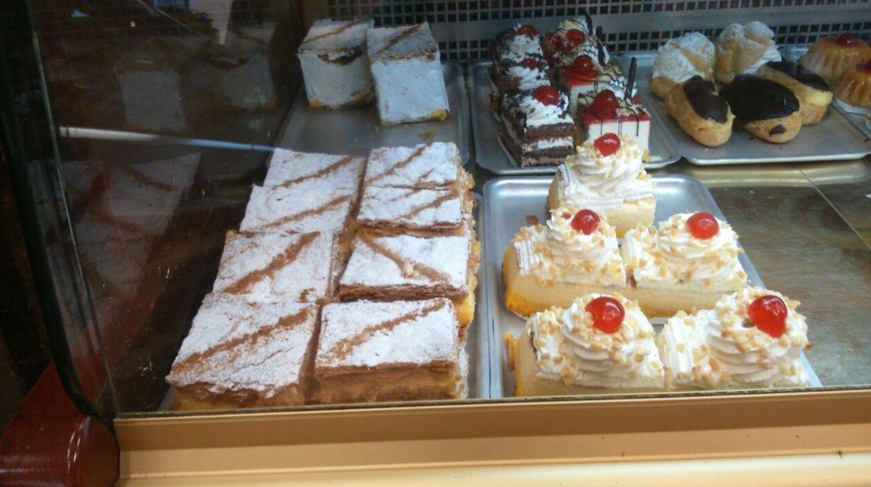 Pasteles con hojaldre y nata en Segovia