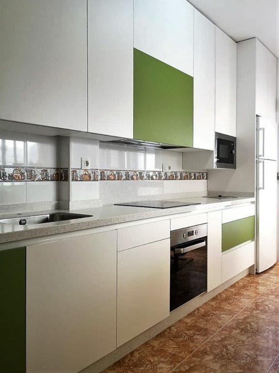 Cocina en laminado blanco con herraje elevable HF y cajones y gavetas de Blum. Encimera en silestone Blanco Zeus con ingletado 4 cm