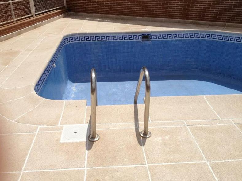 Creación de piscina con plato de ducha: Productos y Servicios de Bordes de Piscinas J. Antonio Alonso
