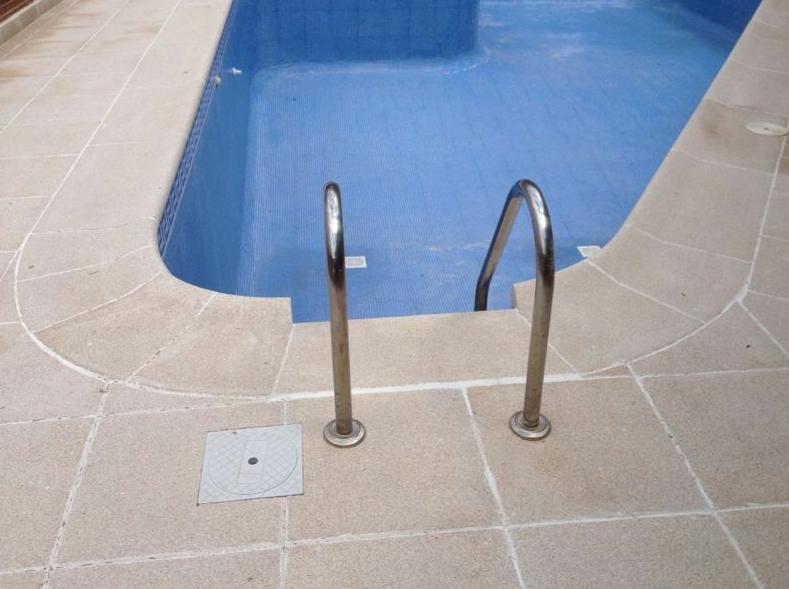 Baldosas antideslizantes para piscinas en Valmojado