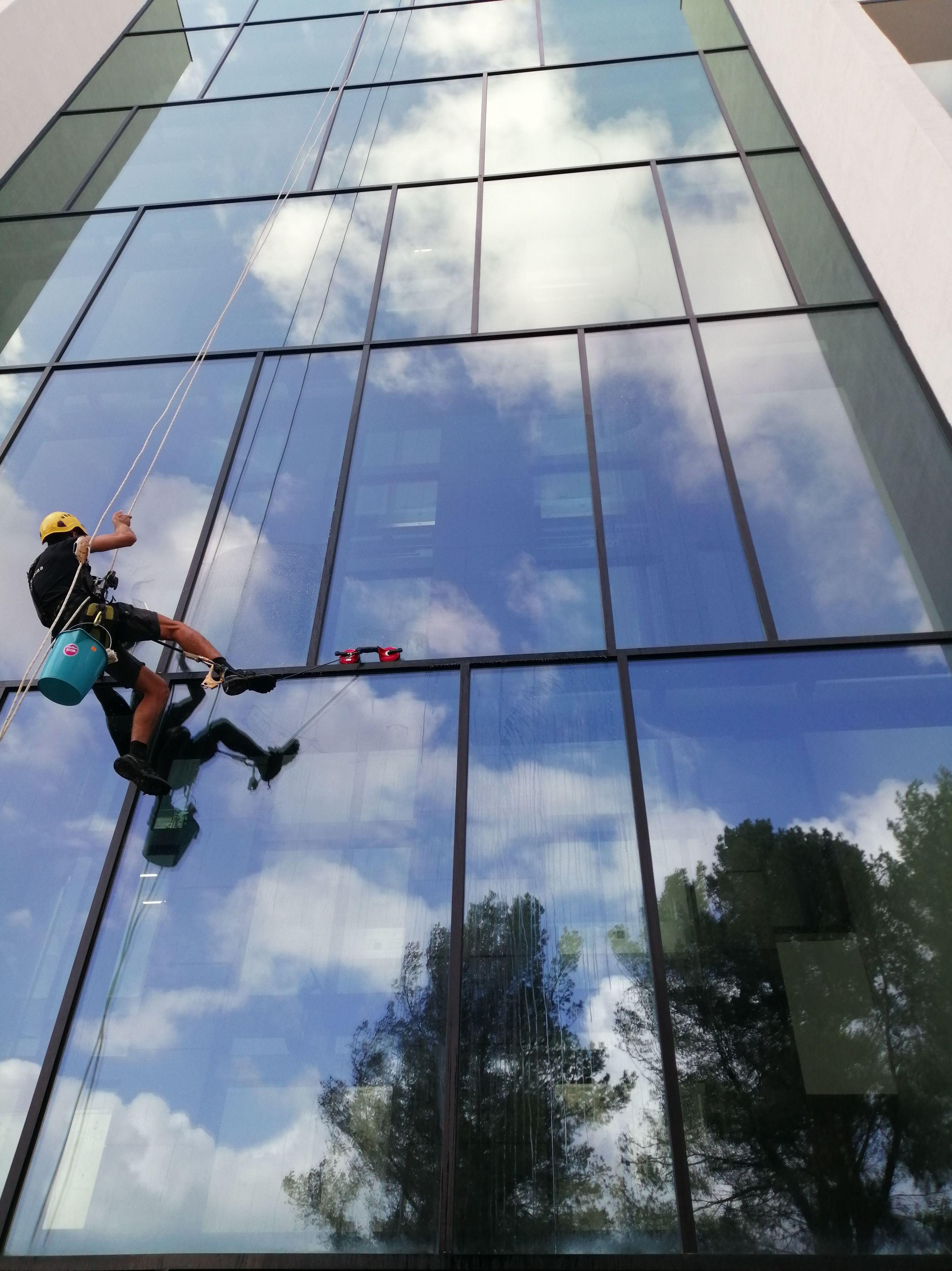 Limpieza de cristales en Altura. Limpieza de estructuras de difícil acceso: Servicios de Vertical Ibiza