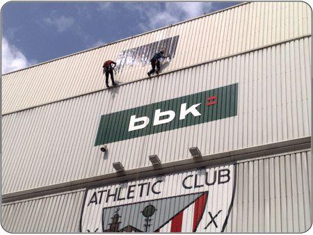 Restauracion del escudo del Athletic en el viejo San Mames. Bilbao 2009