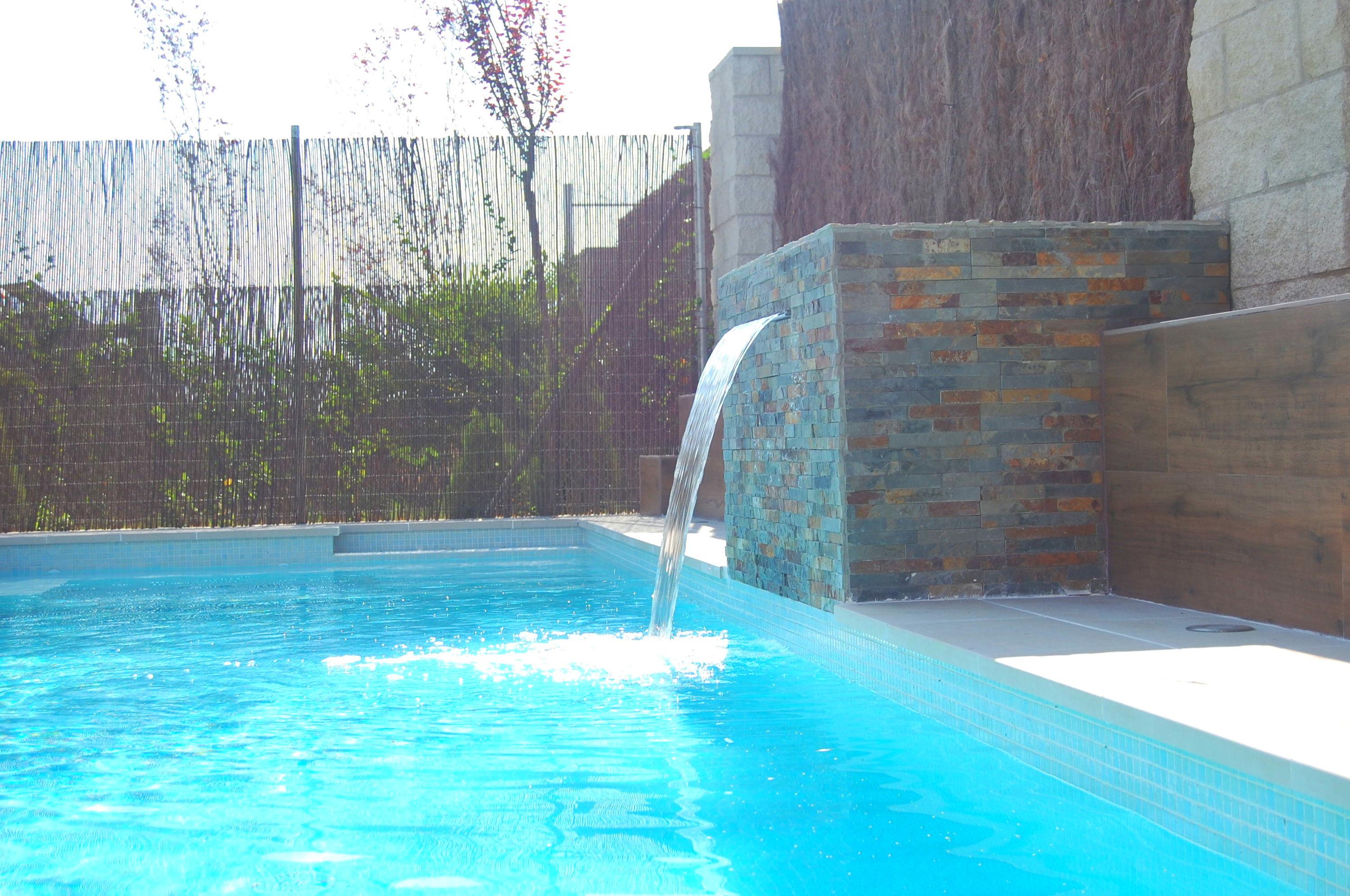 piscina de obra 10,50x2,40 con cascada, focos led, clorador salino, sistema natación contracorriente, suelo porcelanico y césped artificial