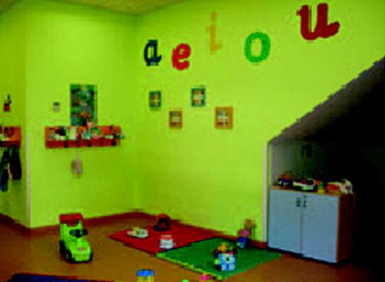 Sala de juegos luminosa y alegre