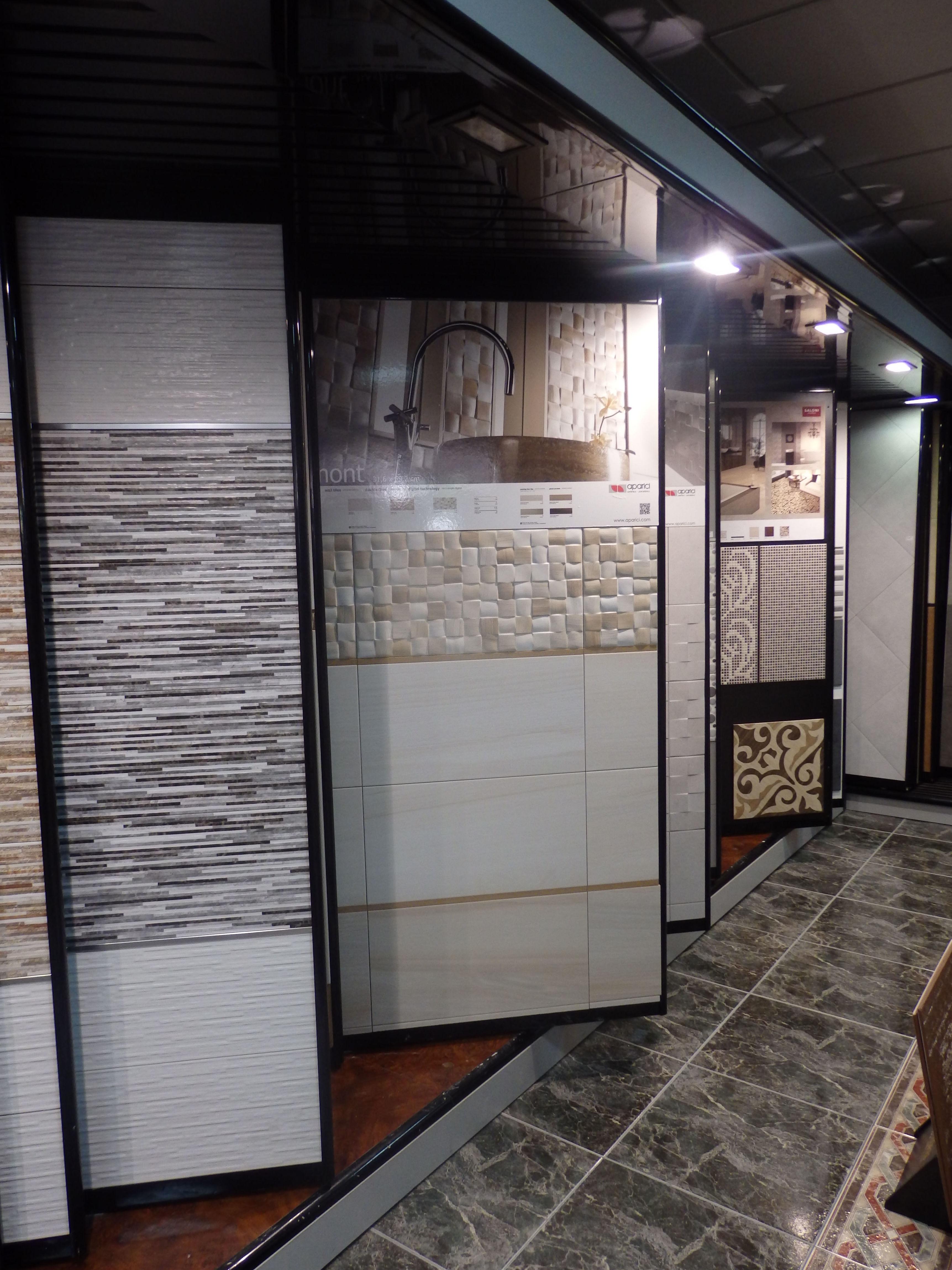 Expositores de azulejos y suelos para baño