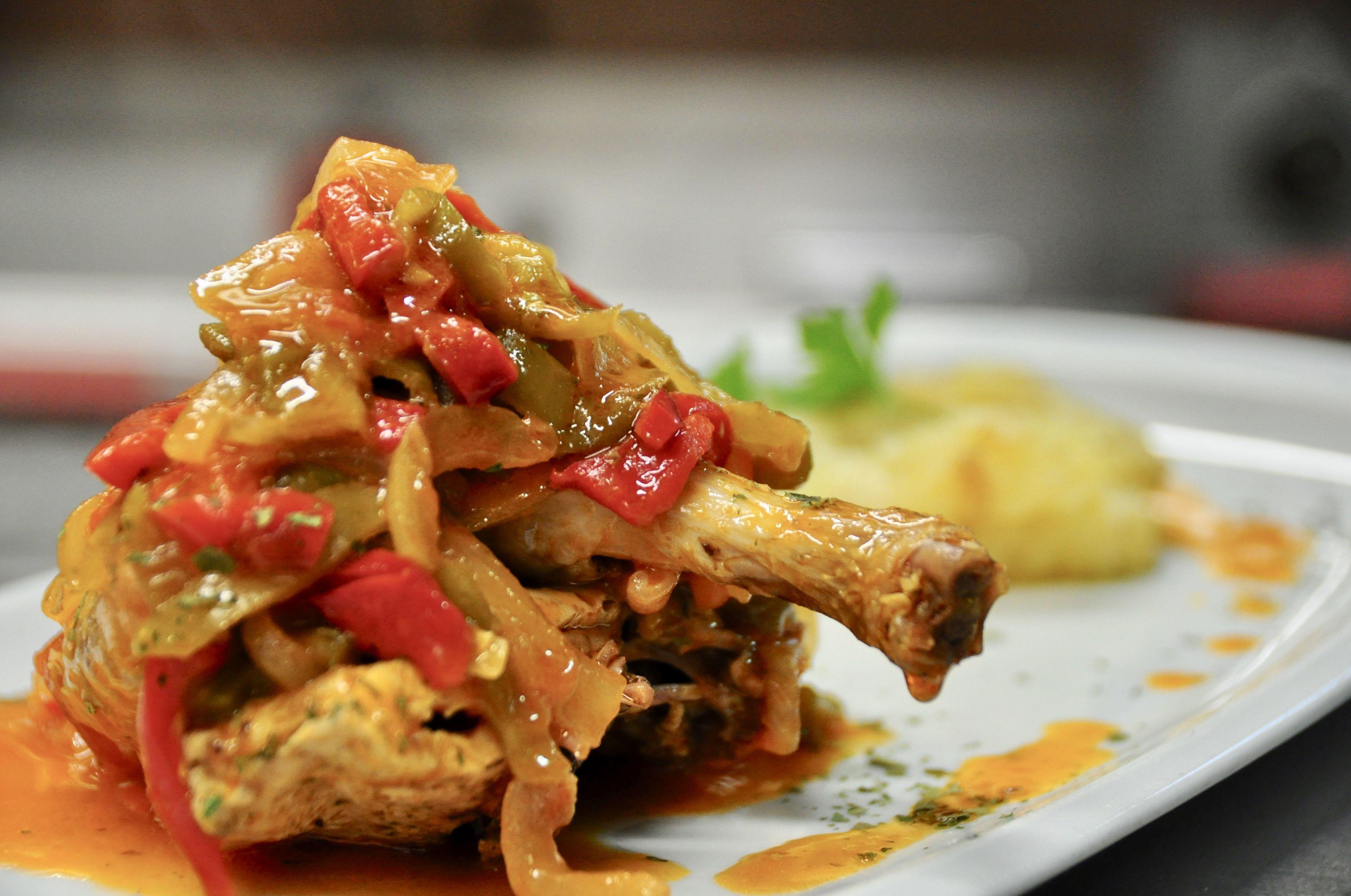 Pollo de corral guisado al Chilindrón.