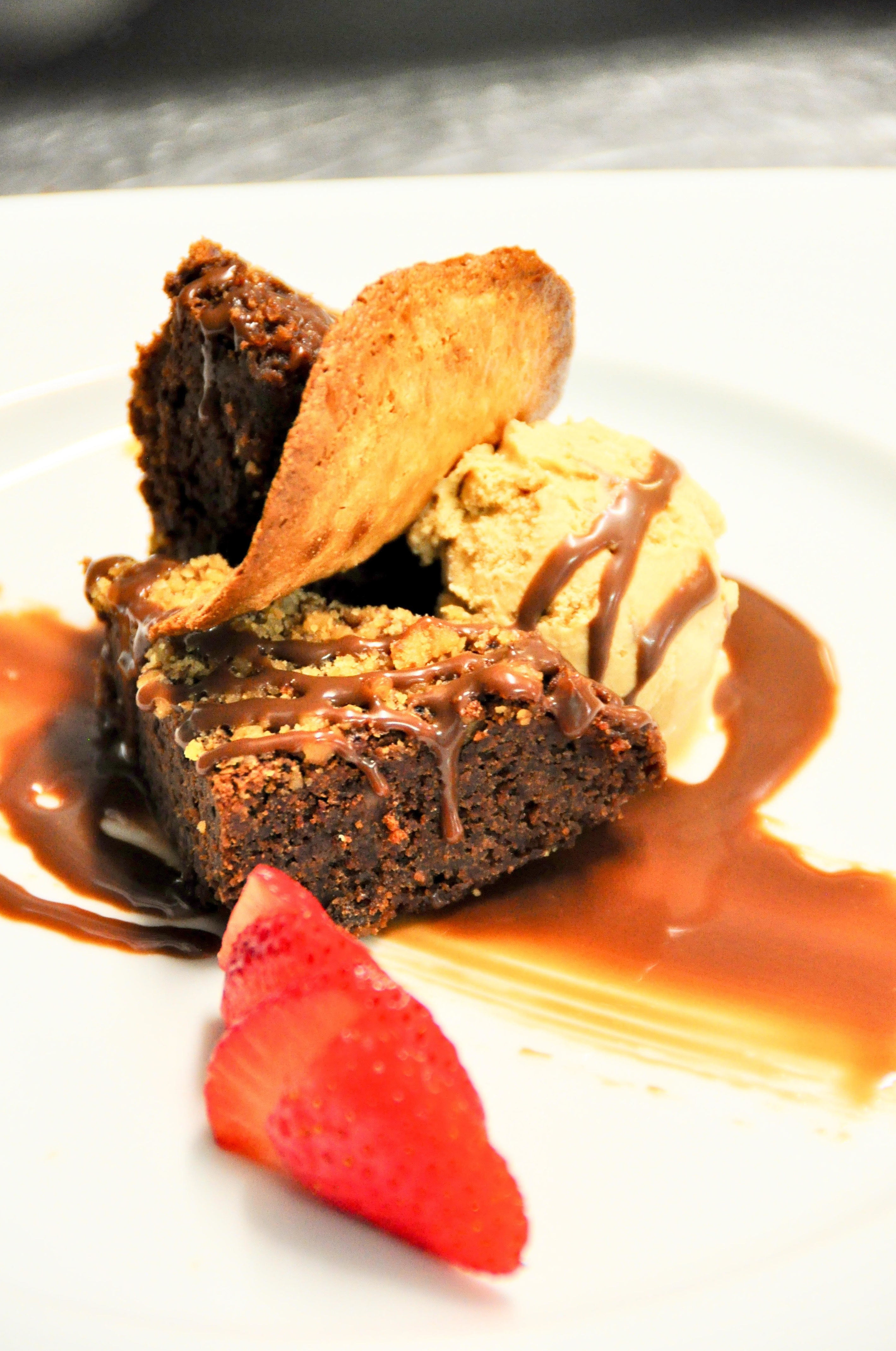 Brownie de chocolate con nueces y helado de dulce de leche.