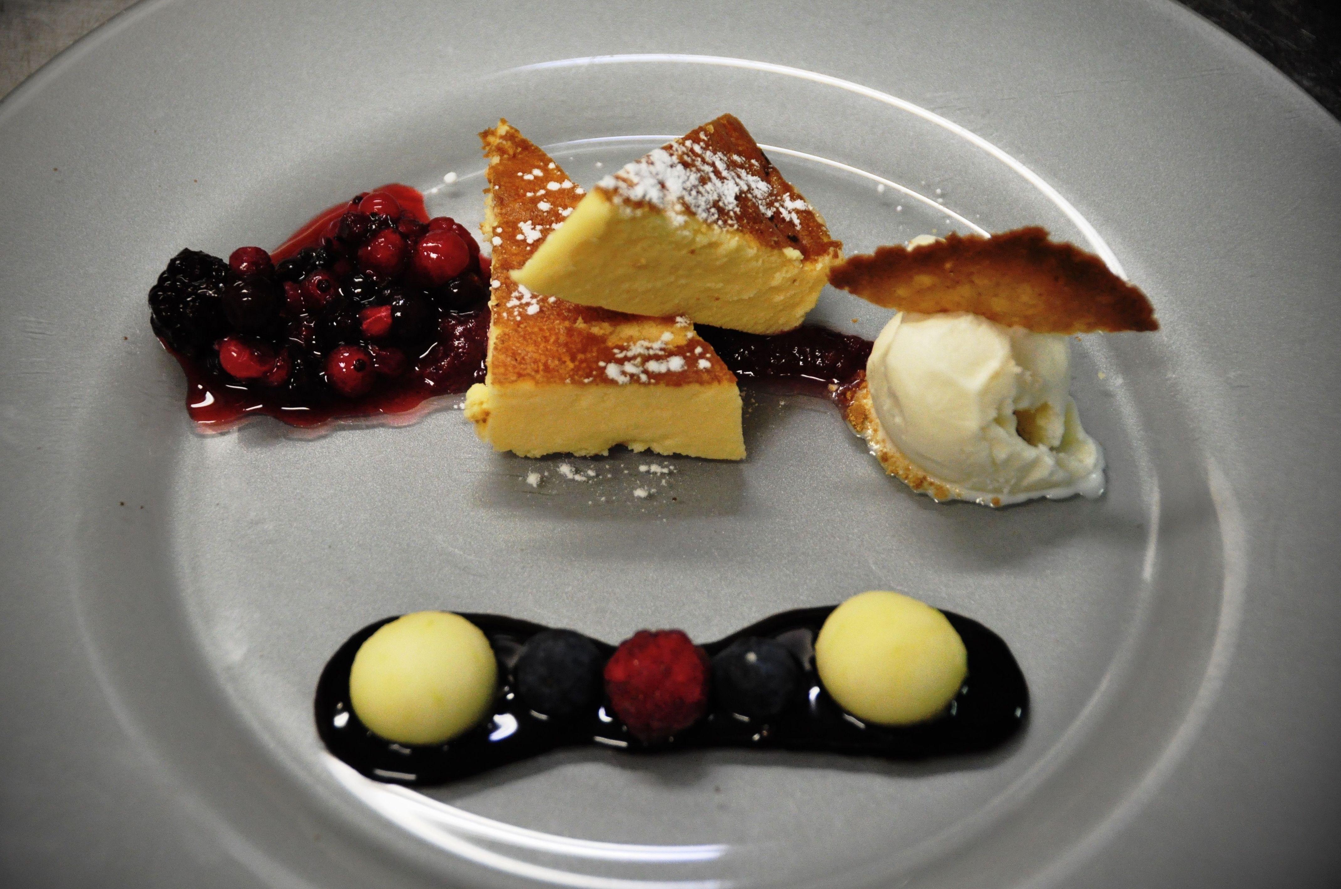 Tarta de queso horneada, con frutos rojos y helado de miel.