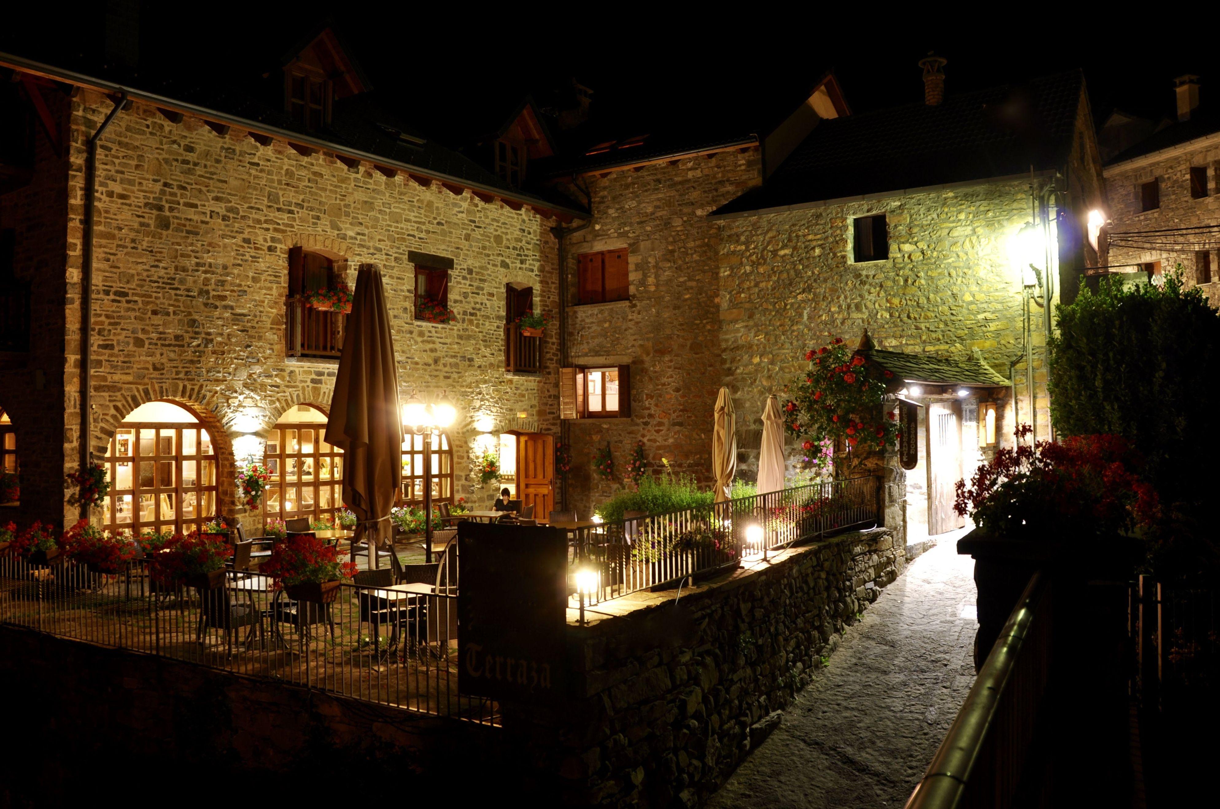 Terraza restaurante La Cocinilla de noche.