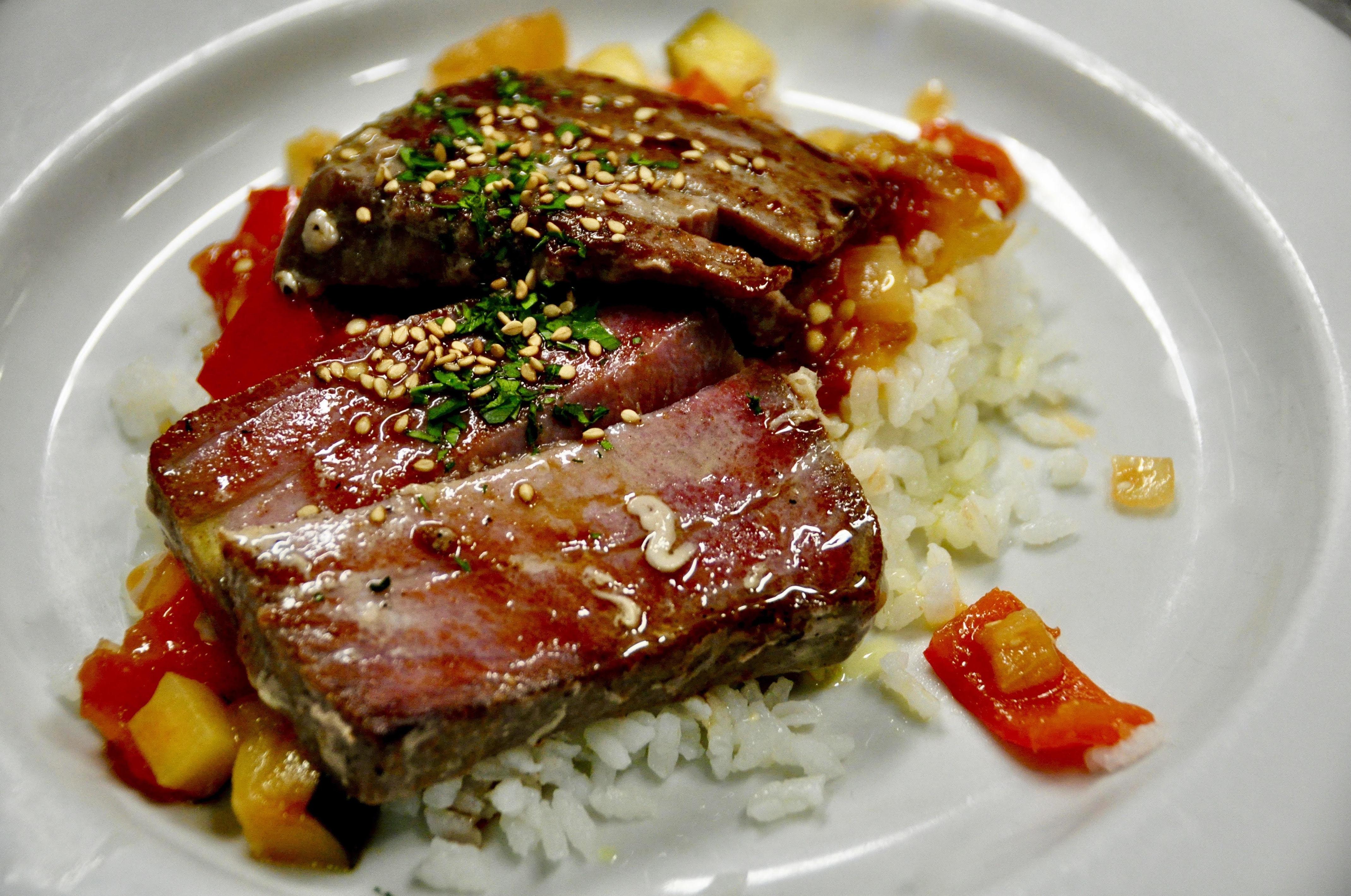 Atún plancheado, arroz y verduras.