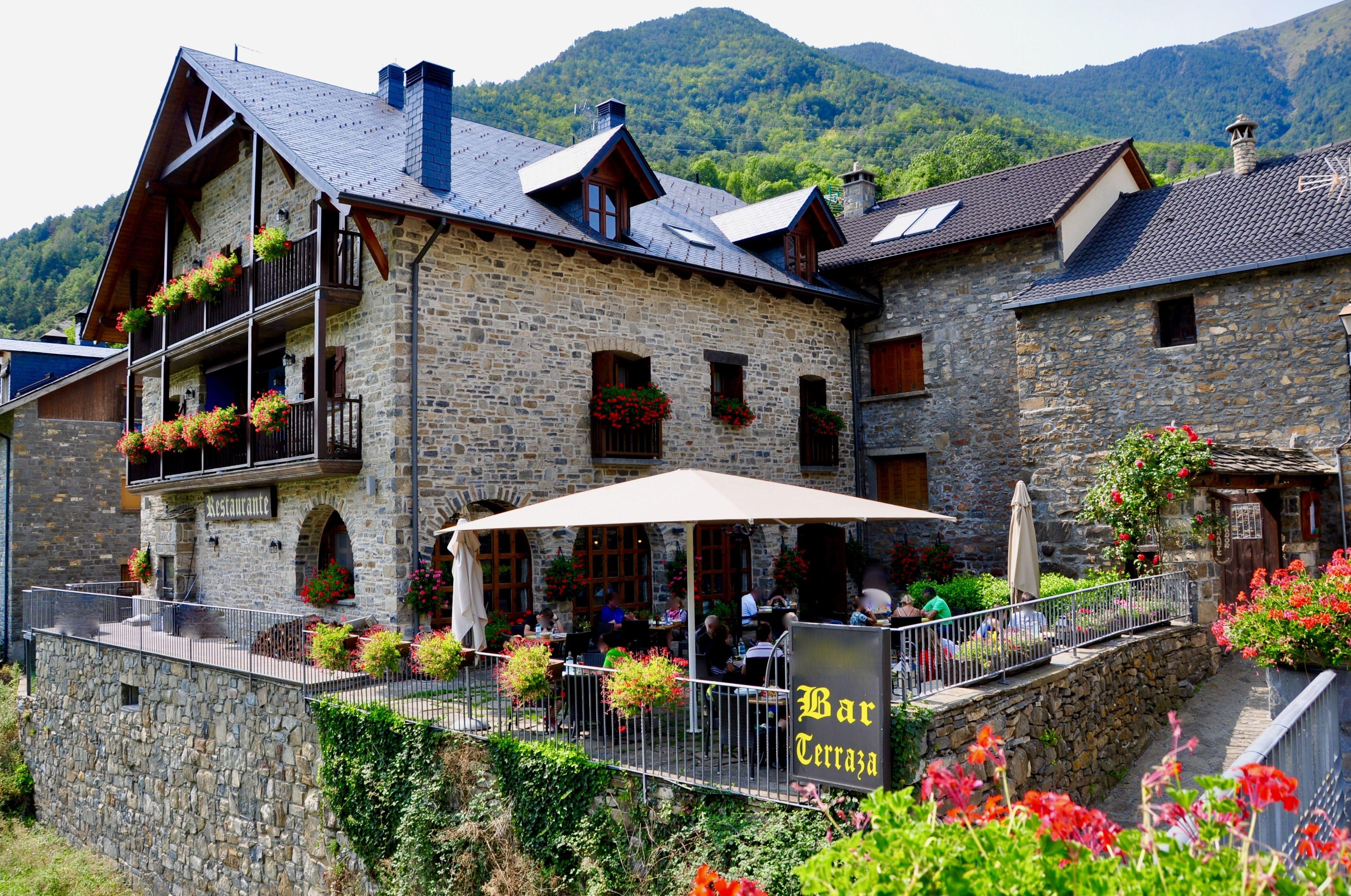 Edificio restaurante y apartamentos