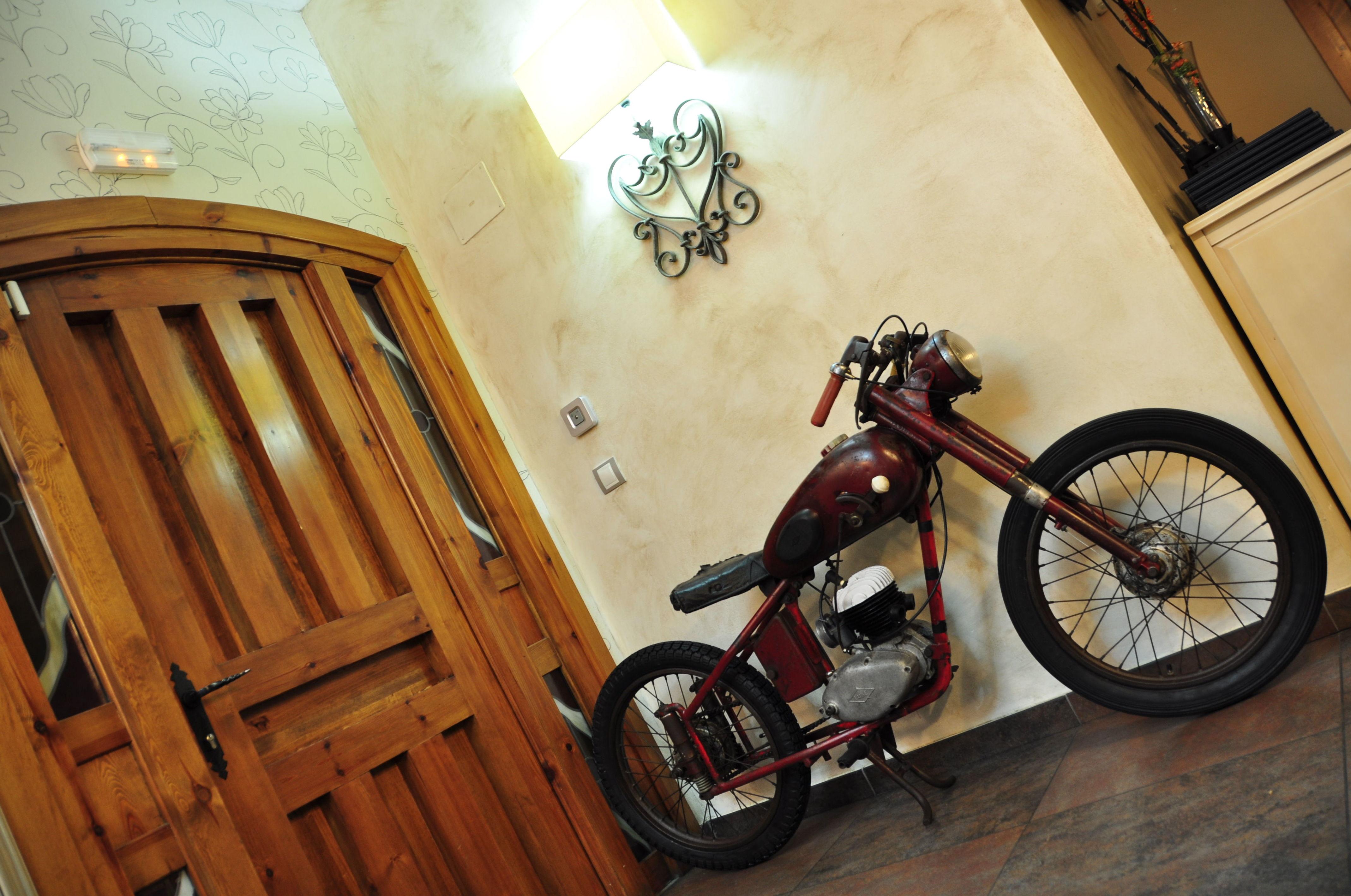 Detalle atrezzo restaurante motocicleta Lube de carreras años 50