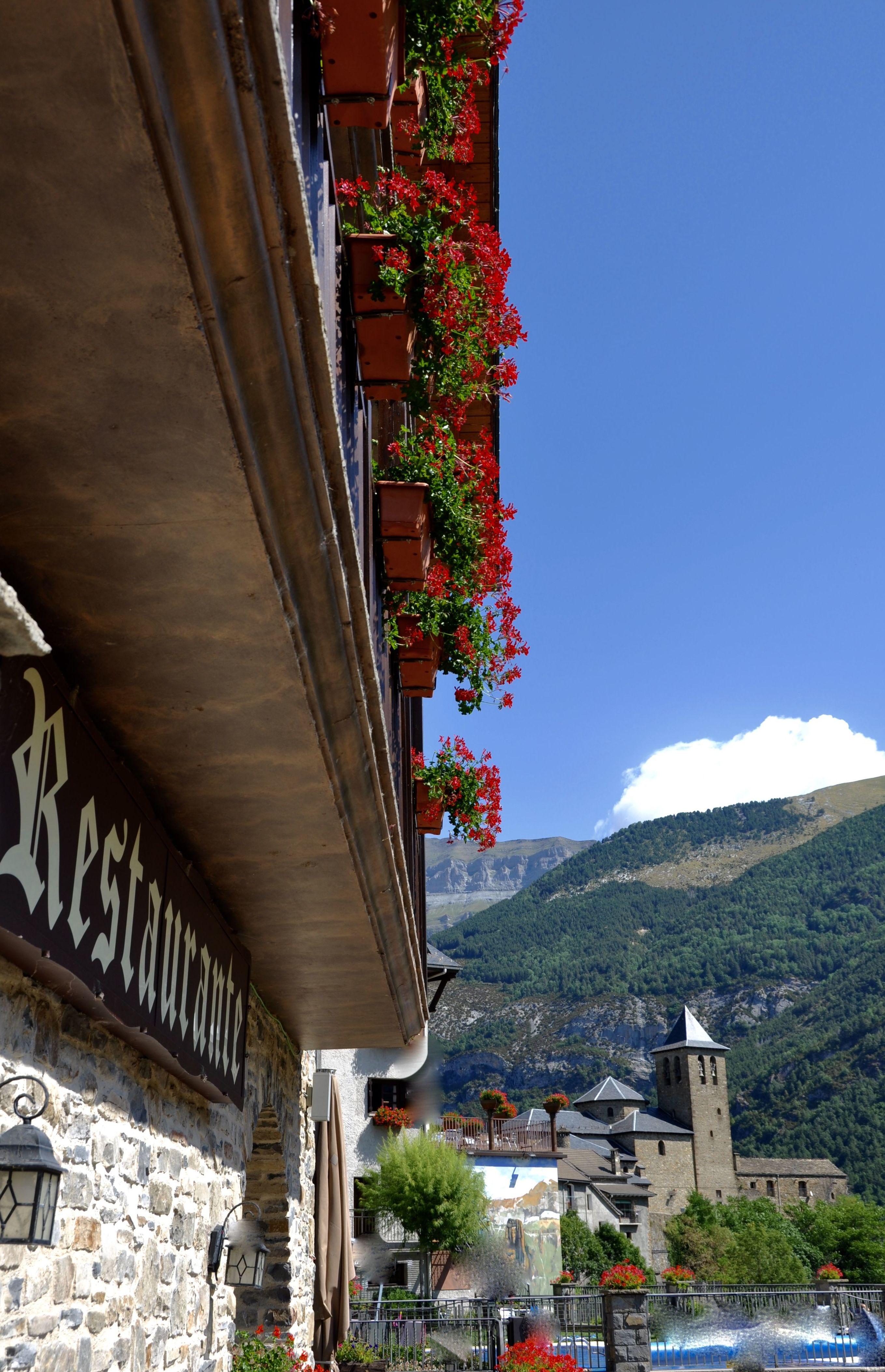 Fachada de los balcones de los apartamentos Ordesa y Torla con sus vistas.
