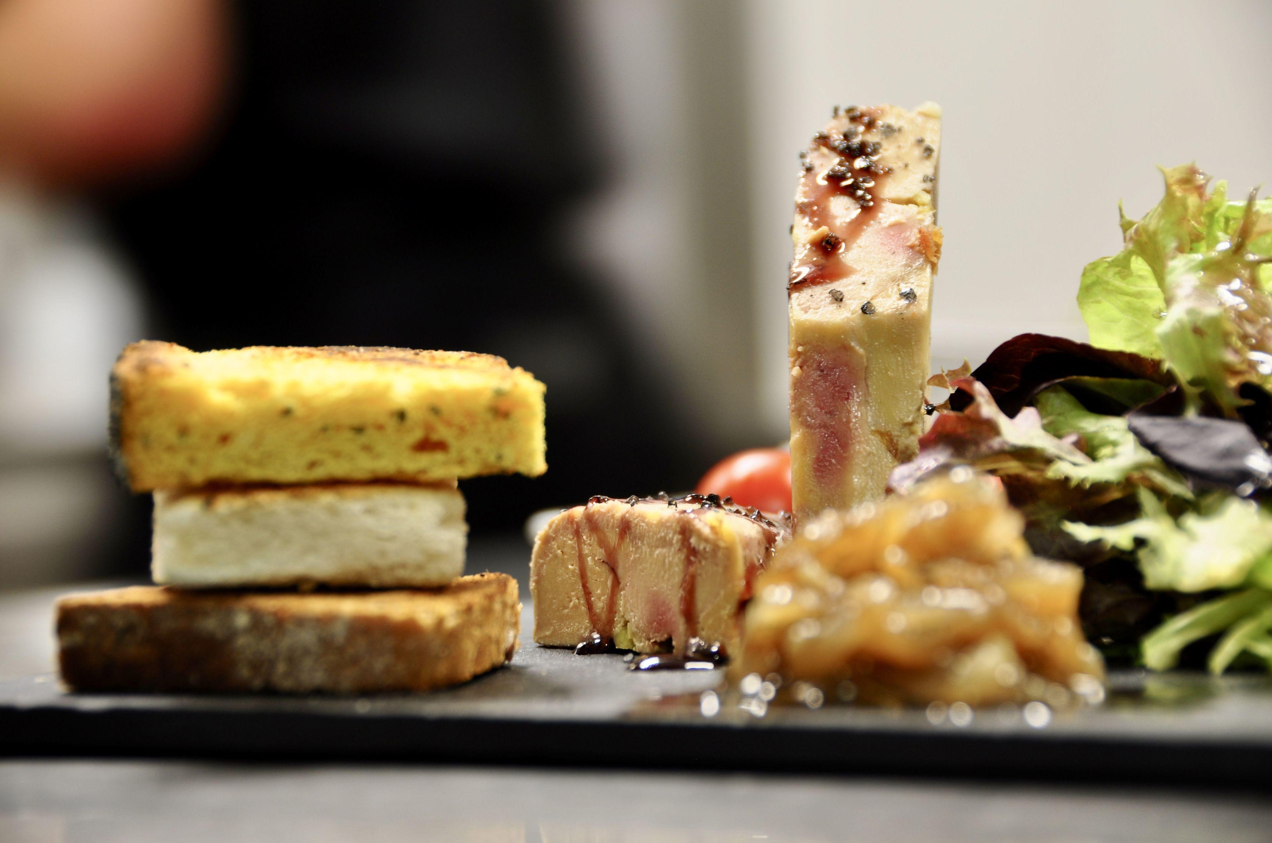 Terrina casera de foie y mango, panecillos panadero y confituras artesanas.