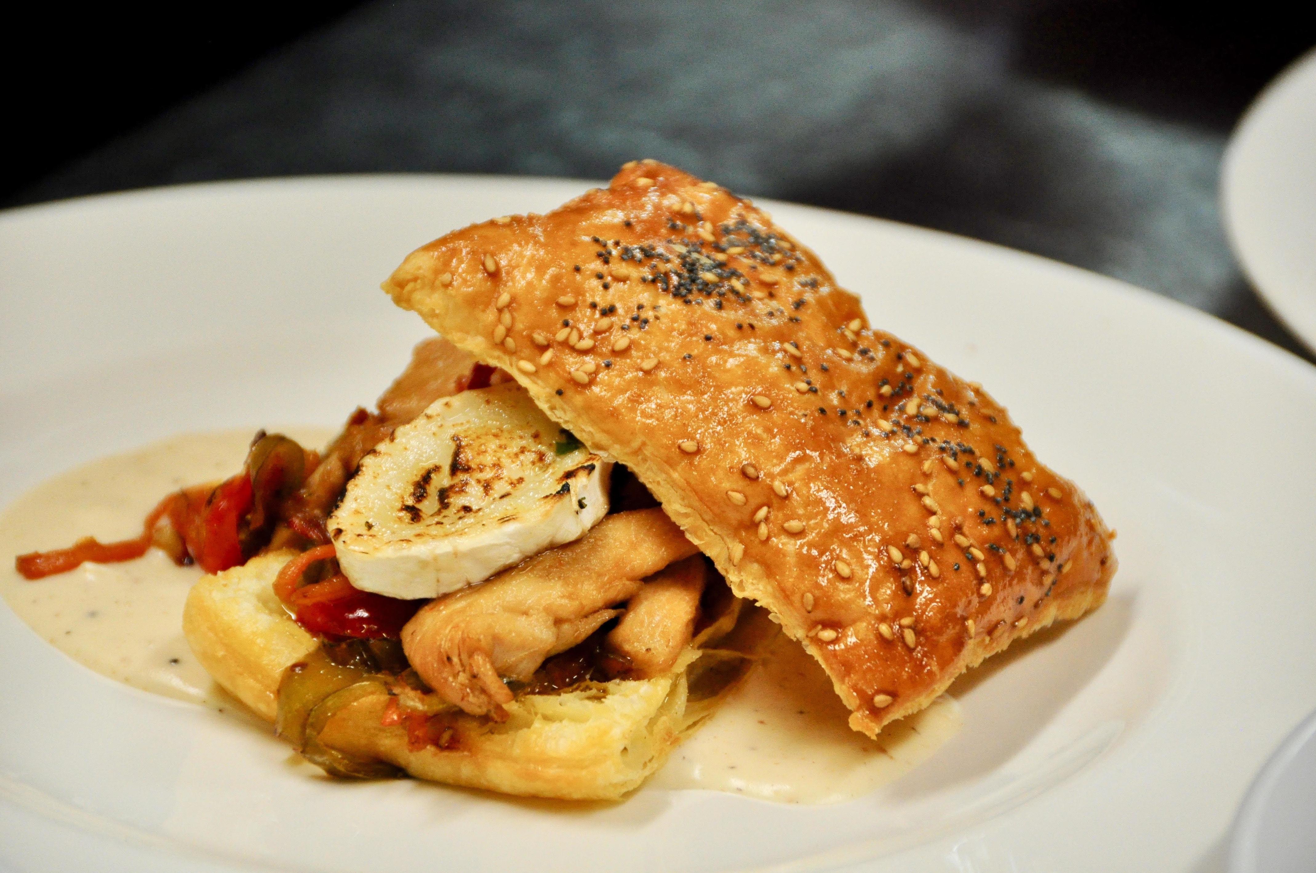 Hojaldre relleno de Wok de pollo, verduras y queso de cabra.