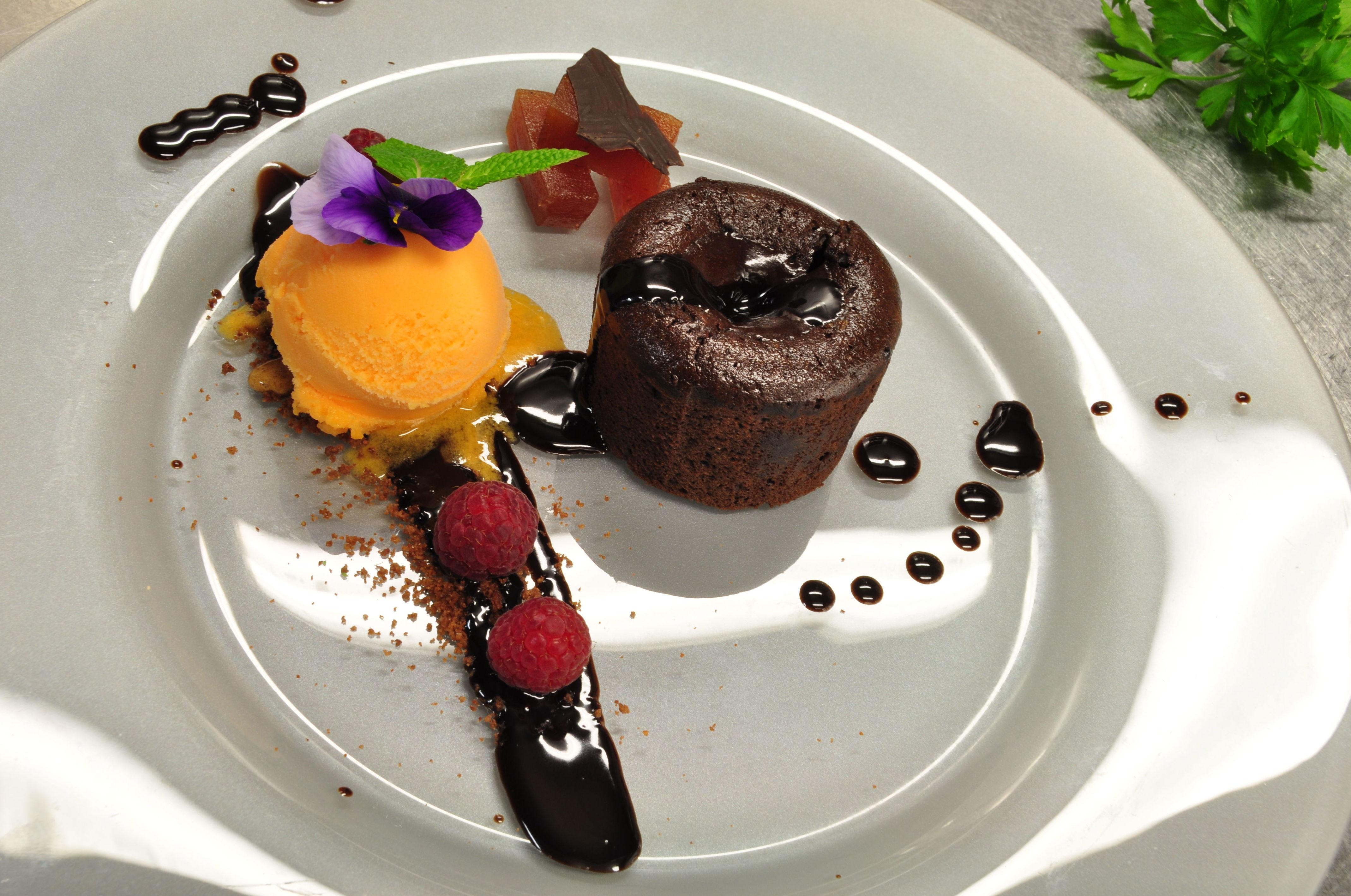 Coulant de chocolate negro, con carne de membrillo, helado de cítricos y arándanos glaseados.