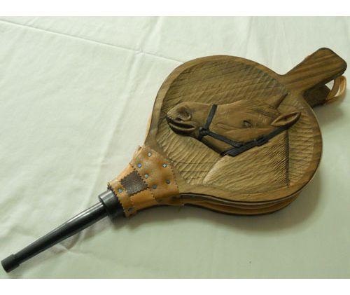 Fabricación de fuelles de madera tallada