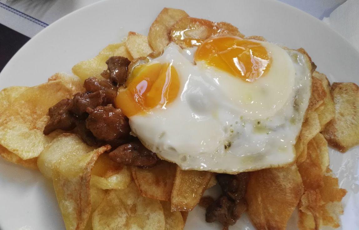 Huevos rotos con chorizo en Camariñas