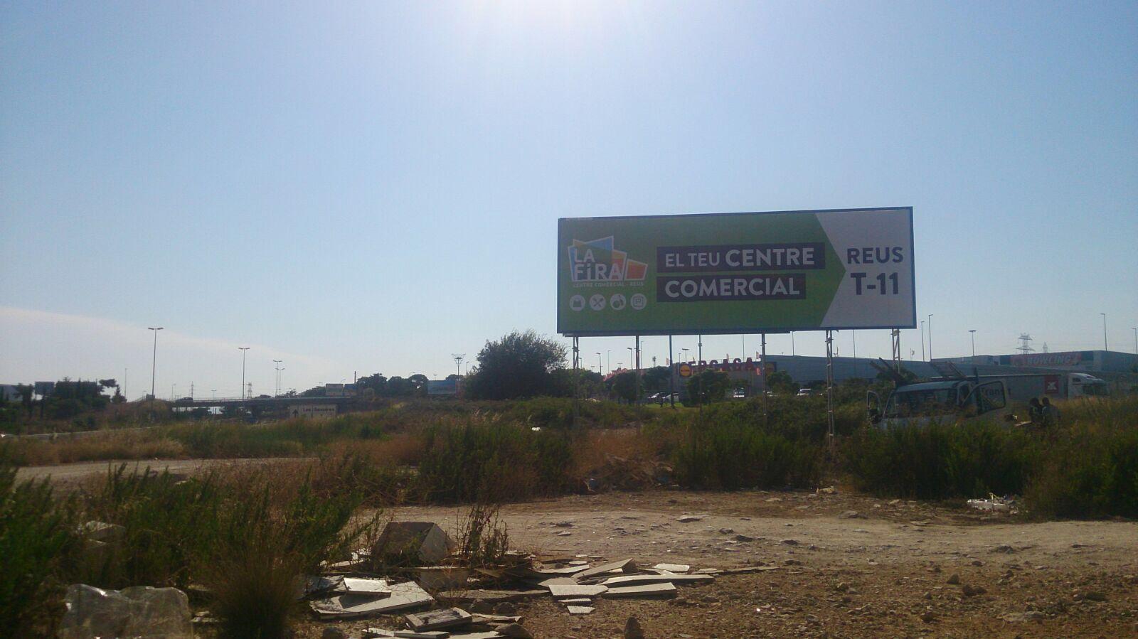 Montaje de soportes para carteles informativos en Sabadell