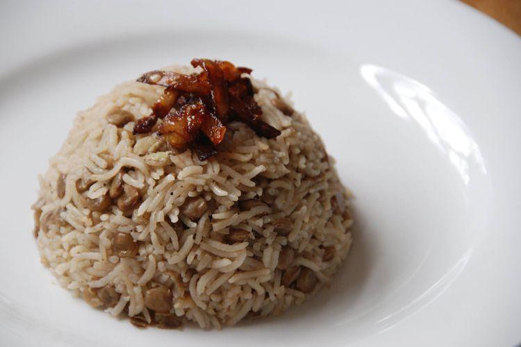 Moudardara. Lentejas con arroz sazonadas con cebolla frita crujiente