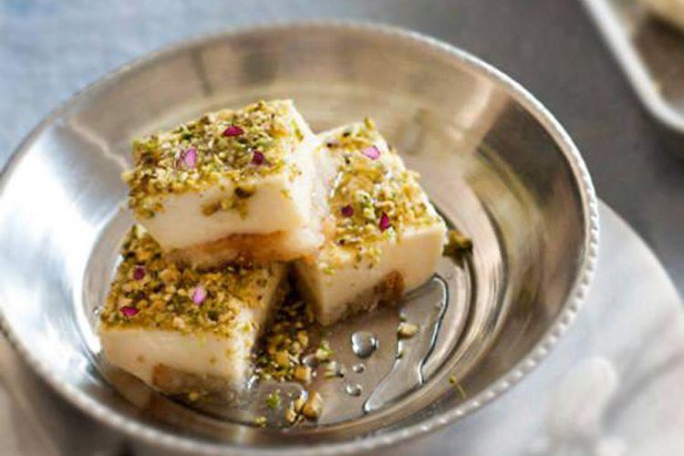 Pudding libanés de leche hecho con agua de rosas sobre tostas de pan