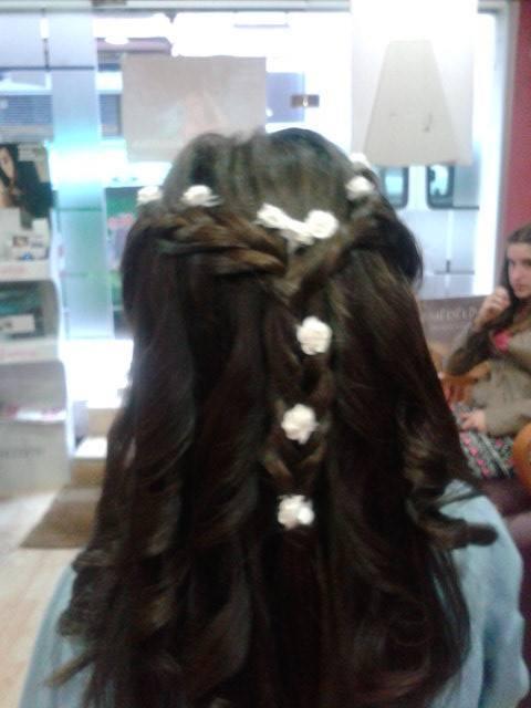 Peinado de trenza con florecitas blancas