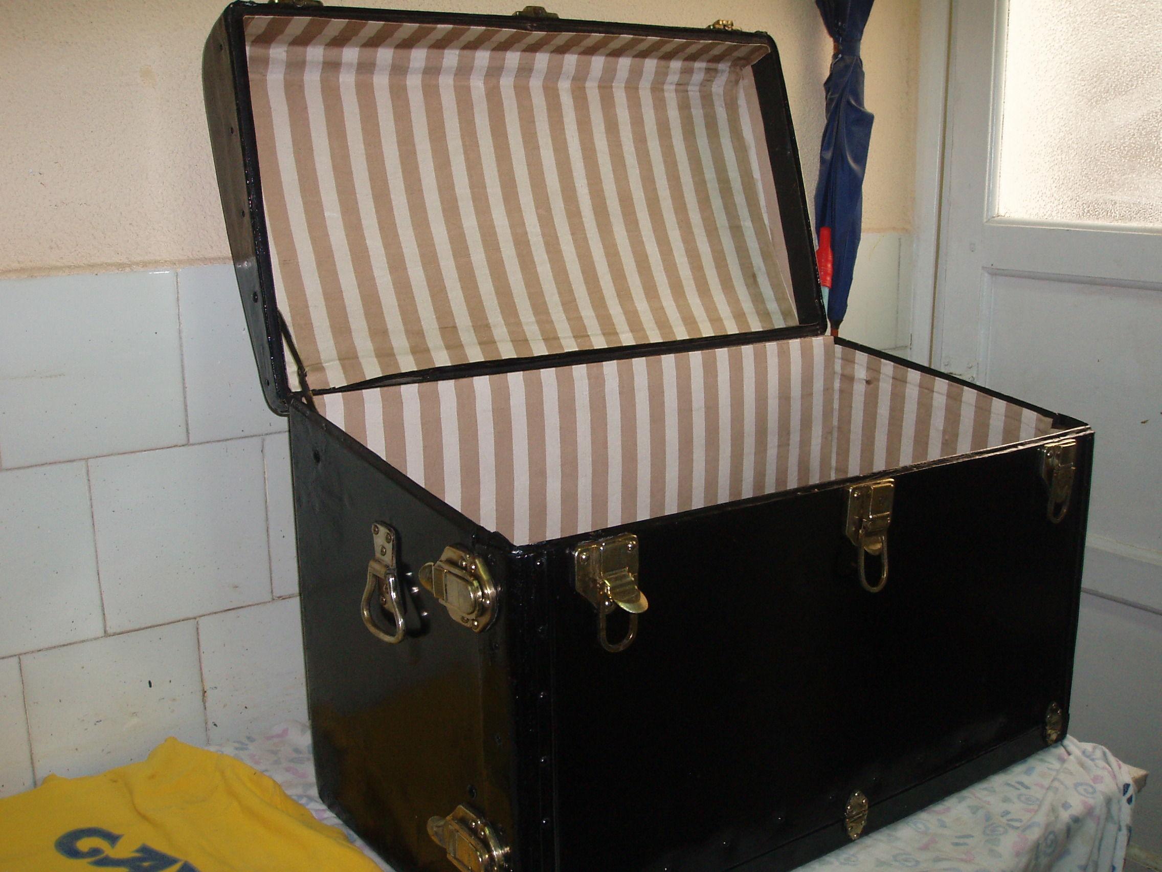Baúl en piel, restaurado y con el interior forrado en tela
