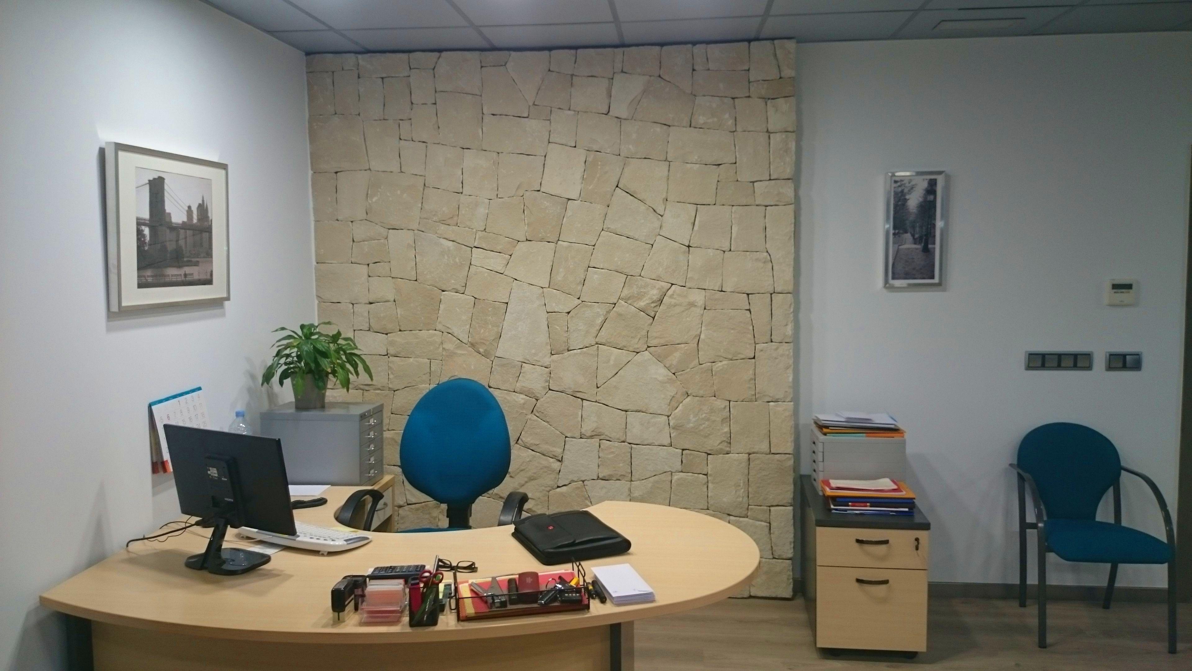 Decoración de interior (oficina) en mampostería concertada en seco (hueso)