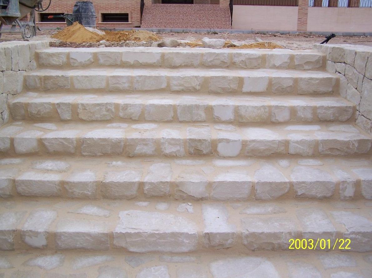 Escaleras en piedra blanca de Novelda con junta de mortero