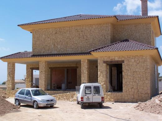 La Almaina. Construcción de fachada de piedra amarilla de la Nucia