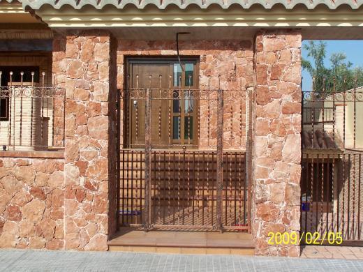 La Almaina, fachadas de piedra mármol rojo Alicante