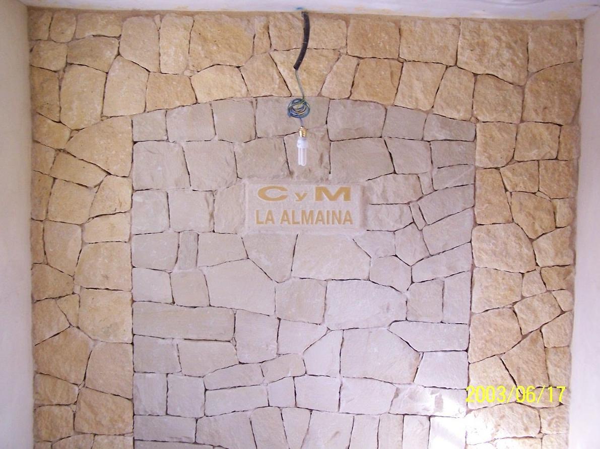 Decoración fachada de interior en piedra de la Nucia y piedra blanca de Novelda