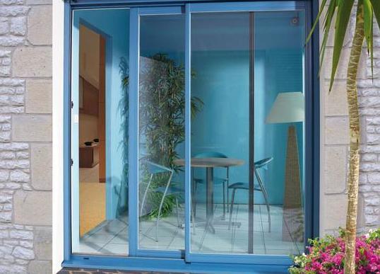 Puerta de dos hojas correderas azul.