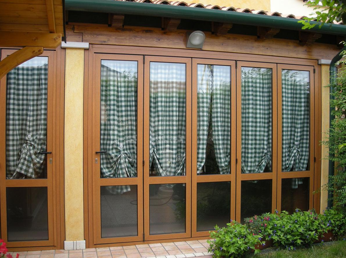 Cerramiento con puertas plegables en lacado madera.