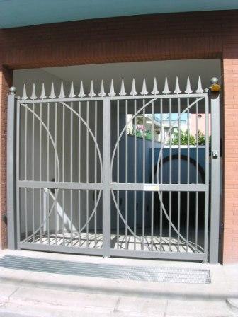 Puertas de acceso a garajes y parcelas motorizadas.