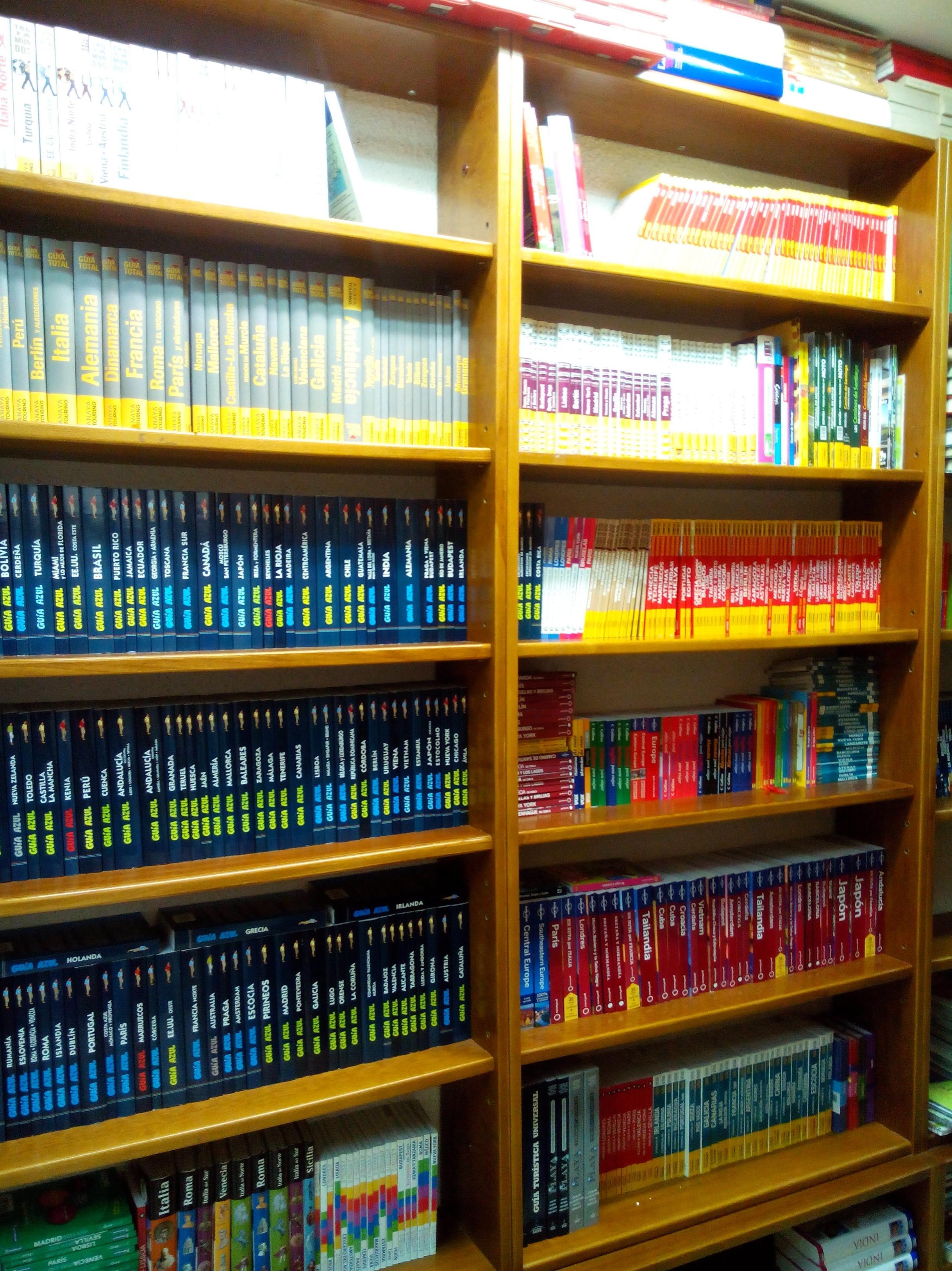 AMPLIA SECCIÓN DE GUÍAS DE TURISMO: SECCIONES de Librería Nueva Plaza Universitaria
