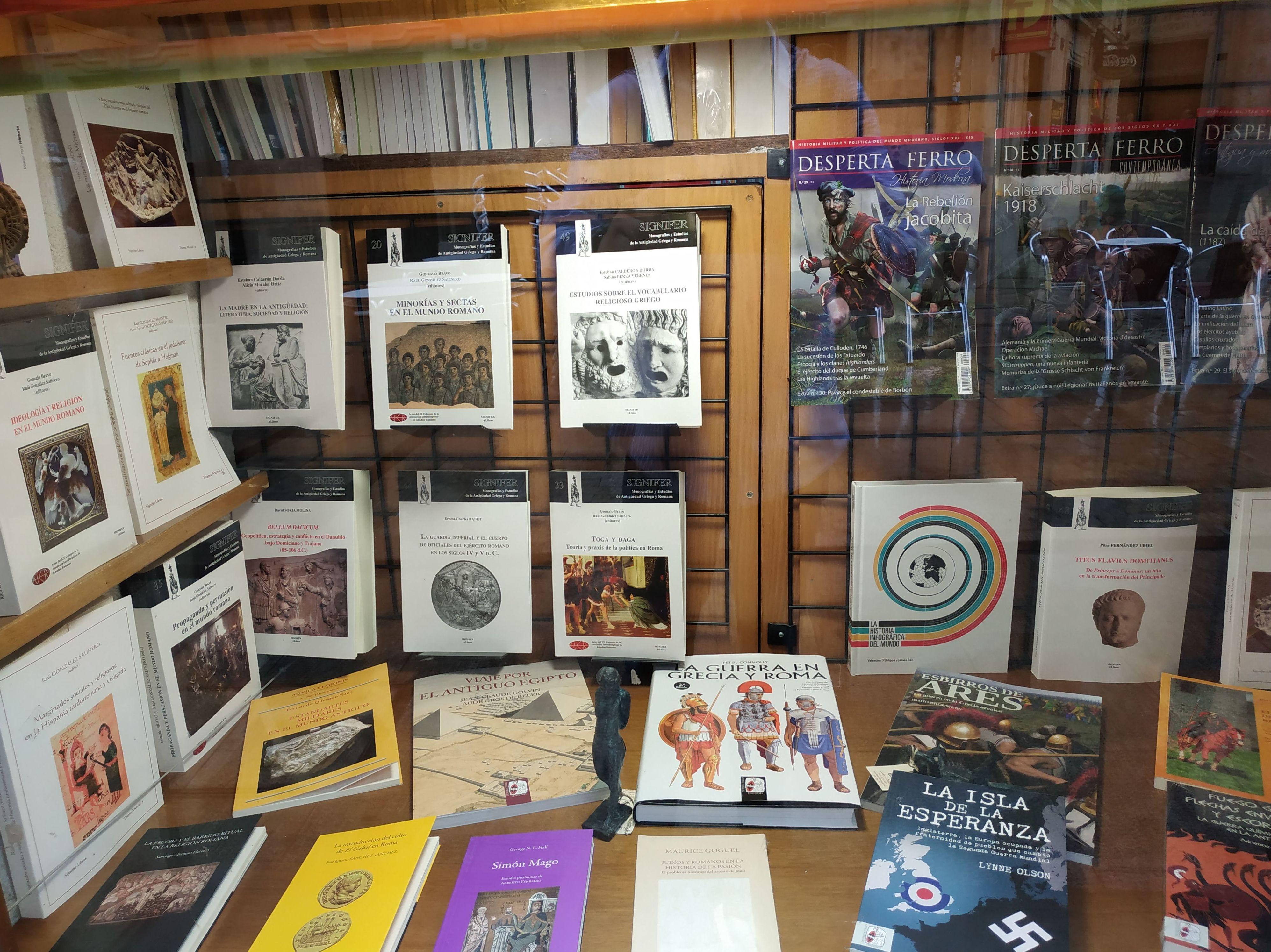ESCAPARATE MONOGRAFICO: SECCIONES de Librería Nueva Plaza Universitaria