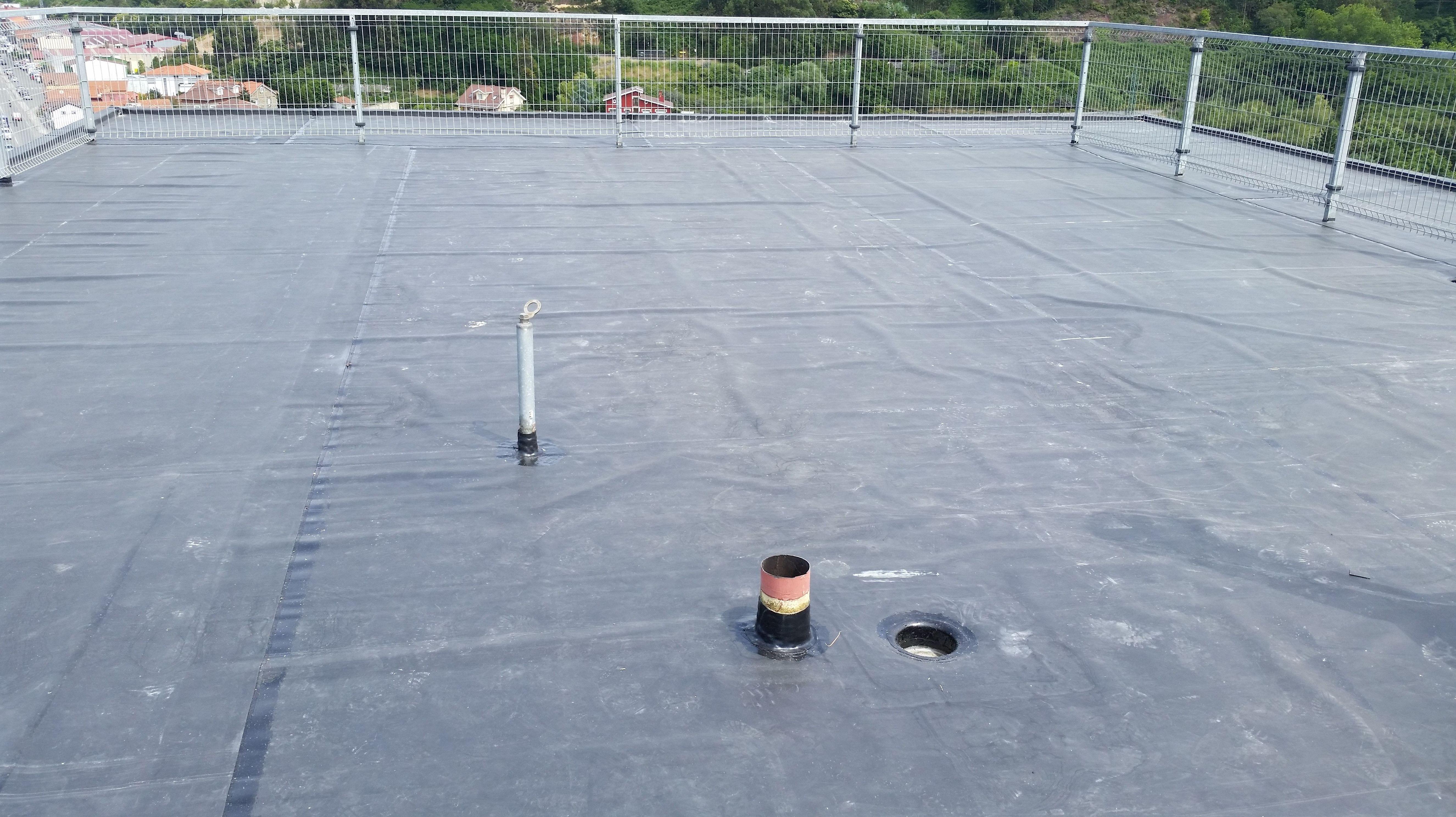 Impermeabilización de cubierta con lámina de caucho E.P.D.M.