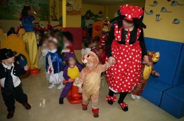 Niños y profesoras disfrazadas
